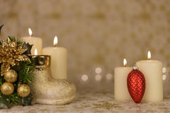 Cartão de Natal do cumprimento com velas e os ornamento ardentes Foto de Stock