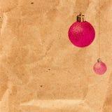 Cartão de Natal do vintage com as bolas de brilho no bro reciclado velho Foto de Stock