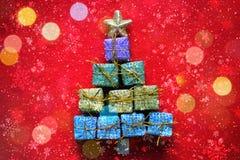 Cartão de Natal Fundo vermelho do Natal com a árvore de Natal feita das caixas de presente fotos de stock