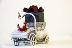 Cartão de Natal Papai Noel com caixa de presente imagens de stock royalty free