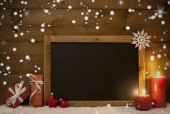 Cartão de Natal, quadro-negro, neve, flocos de neve, espaço da cópia Imagens de Stock Royalty Free