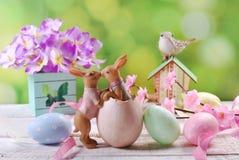 Cartão de Páscoa com beijo de coelhos no fundo da mola Fotografia de Stock