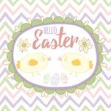 Cartão de Páscoa com mão bonito a galinha pequena tirada e texto no quadro oval com ovos da páscoa e narciso Imagem de Stock
