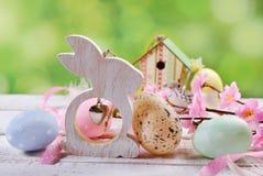 Cartão de Páscoa com ovos da cor pastel e coelho de madeira Fotos de Stock Royalty Free