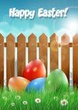 Cartão de Páscoa com ovos da páscoa e a cerca de madeira Imagens de Stock