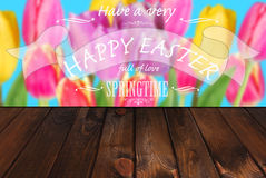 Cartão de Páscoa com tulipas coloridas e cumprimentos no backgro de madeira Fotos de Stock Royalty Free