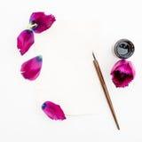 Cartão de papel com flores, pena da caligrafia da tinta isolada no fundo branco Configuração lisa, vista superior Fotos de Stock