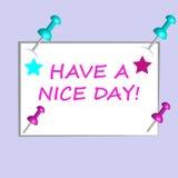 Cartão de papel com os pinos do texto e da cor 3D isolados no fundo roxo Fotografia de Stock