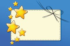 Cartão de papel do comprovante de presente com as fitas com as estrelas douradas no fundo azul ilustração royalty free