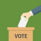 Cartão de Put His Vote do homem de negócios na urna de voto Imagem de Stock