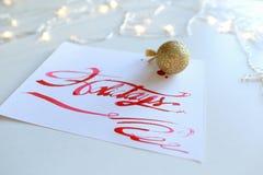 Cartão de rotulação com feriados do texto no escarlate da cor no shee branco Imagem de Stock Royalty Free