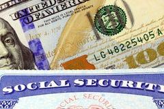 Cartão de segurança social e de moeda cem dos E.U. nota de dólar Fotos de Stock Royalty Free