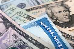 Cartão de segurança social e notas de dólar americanas foto de stock royalty free