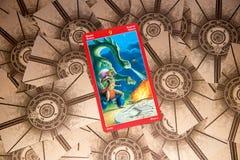 Cartão de tarô nove das varinhas Plataforma do tarô do dragão Fundo esotérico imagem de stock