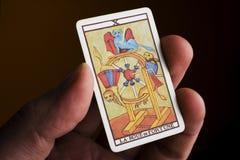 Cartão de tarot da terra arrendada da mão fotografia de stock royalty free