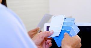 Cartão de verificação executivo da máscara da cor no escritório 4k video estoque