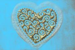 Cartão do amor, coração de ouro no fundo de turquesa Fotos de Stock Royalty Free