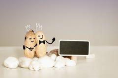 Cartão do amor do casamento da igreja do deus Duas almas do amor no conceito para sempre Noivos da coroa na frente de Jesus Foto de Stock Royalty Free