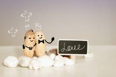 Cartão do amor do casamento da igreja do deus Duas almas do amor no conceito para sempre Noivos da coroa na frente de Jesus Imagens de Stock Royalty Free