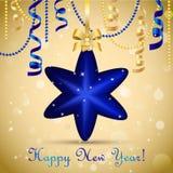 Cartão do ano novo Bola da estrela do Natal com curva e fita Decorações do Xmas Sparkles e bokeh Brilhante e incandescência Imagem de Stock