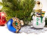 Cartão do ano novo com boneco de neve e a esfera bonitos Imagens de Stock Royalty Free