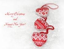 Cartão do ano novo com corações feitos malha Imagens de Stock