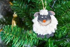 Cartão do ano novo com um carneiro um símbolo de 2015 Imagens de Stock Royalty Free