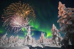 Cartão do ano novo feliz com fogo de artifício, floresta e luz do norte Imagens de Stock Royalty Free