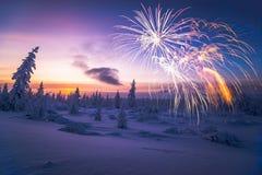 Cartão do ano novo feliz com fogo de artifício, floresta e luz do norte Fotografia de Stock