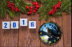 Cartão do ano novo feliz com neve no fundo de madeira Fotos de Stock