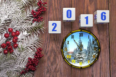 Cartão do ano novo feliz com neve no fundo de madeira Imagens de Stock