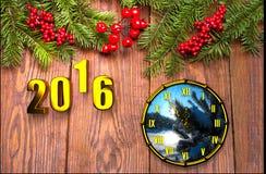 Cartão do ano novo feliz com neve no fundo de madeira Fotografia de Stock Royalty Free