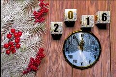 Cartão do ano novo feliz com neve no fundo de madeira Foto de Stock