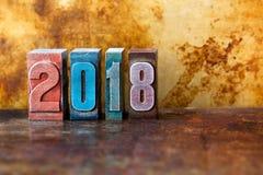cartão do ano 2018 novo feliz Feriados de inverno coloridos do símbolo dos dígitos da tipografia Xmas retro criativo do projeto d imagem de stock