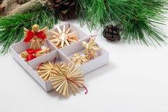 Cartão do ano novo feliz Quadro, beira Árvore de Natal verde, brinquedos, cones do pinho em um fundo branco Fotografia de Stock