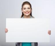 Cartão do blanc da posse da mulher de negócio. Fotografia de Stock