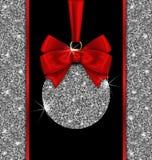 Cartão do brilho com bola do Natal e a fita vermelha da curva Fotos de Stock Royalty Free