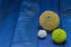 Cartão do convite com as bolas coloridas do deco na madeira azul Imagens de Stock