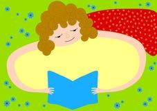 Cartão do convite com a menina que lê um livro Imagens de Stock Royalty Free