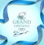 Cartão do convite da grande inauguração com tesouras e a fita encaracolado azul Imagem de Stock Royalty Free