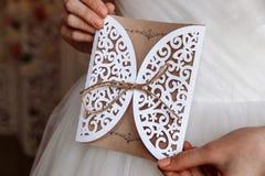 Cartão do convite do casamento nas mãos Foto de Stock Royalty Free