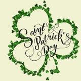 Cartão do convite do dia do ` s de St Patrick, trevos fundo, rotulação, feriados da mola Foto de Stock