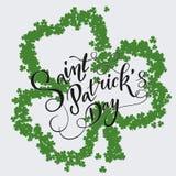 Cartão do convite do dia do ` s de St Patrick, trevos fundo, rotulação, feriados da mola Fotos de Stock