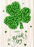 Cartão do convite do dia do ` s de St Patrick, trevos fundo, rotulação, feriados da mola Fotos de Stock Royalty Free