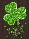 Cartão do convite do dia do ` s de St Patrick, trevos fundo, rotulação, feriados da mola Imagens de Stock
