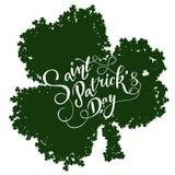 Cartão do convite do dia do ` s de St Patrick, trevos fundo, rotulação, feriados da mola Imagens de Stock Royalty Free
