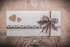 Cartão do convite para o casamento na placa de madeira Imagens de Stock
