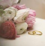 Cartão _1 do convite Ranúnculo com alianças de casamento na tabela do vintage Fotos de Stock Royalty Free