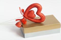 Cartão do coração com coração do Valentim do dia de Valentim do coração No fundo branco felicite o cartão foto de stock