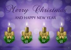 Cartão do desejo do Natal com velas no mal roxo do vetor do nad do ouro Fotografia de Stock Royalty Free